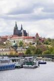 Vista de Hradcany e de rio Vltava com barcos de turista, Praga, República Checa Imagem de Stock Royalty Free