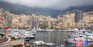 Vista de iate luxuosos no porto de Monaco Imagens de Stock