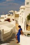Vista de Imerovigli con una mujer con un vestido azul fotografía de archivo
