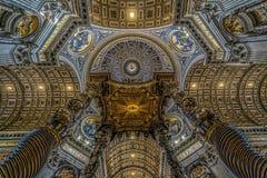 Vista de interiores y detalles arquitectónicos de St Peter Basilica imagen de archivo