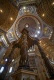 Vista de interiores y detalles arquitectónicos de St Peter Basilica fotos de archivo libres de regalías