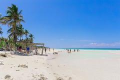 vista de invitación de la playa y del océano tropicales cubanos con la gente que se relaja, nadando en fondo Imagen de archivo