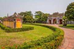 Vista de jardines y de la vieja puerta en la ciudad imperial de la tonalidad Fotos de archivo