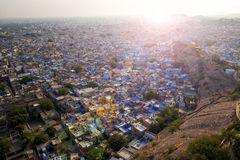Vista de Jodhpur del fuerte de Mehrangarh con la llamarada añadida de la lente fotografía de archivo libre de regalías