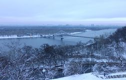 Vista de Kiev, do Dnieper e do passadiço no inverno fotos de stock royalty free