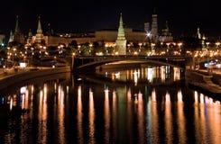 Vista de kremlin de Moscovo da ponte na noite Moscovo Foto de Stock Royalty Free