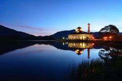 Mesquita do Corão de Darul no azul imagens de stock