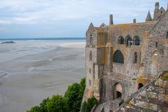 Vista de la abadía de Miguel del santo del mont con marea baja Foto de archivo libre de regalías