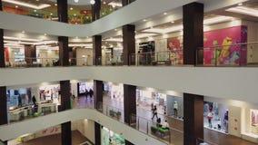 Vista de la alameda de compras de los pisos El caminar de mucha gente Escaparate de tiendas holidays metrajes