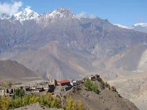 Vista de la aldea con el monasterio Imagen de archivo libre de regalías