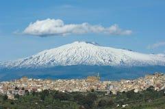 Vista de la aldea y del volcán sicilianos el Etna Fotos de archivo