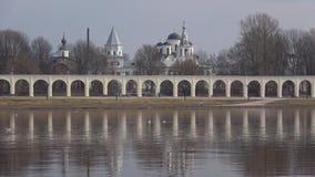 Vista de la arcada y de los templos de Veliky Novgorod, día de abril Rusia almacen de video