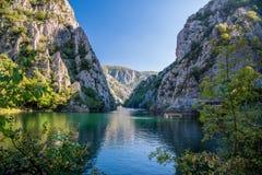 Vista de la atracción turística hermosa, lago en el barranco de Matka en los alrededores de Skopje fotos de archivo libres de regalías
