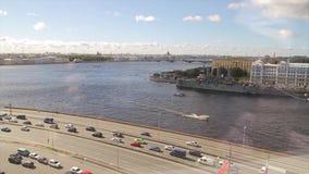 Vista de la aurora del río y del crucero de Neva La aurora rusa del crucero permanece en Neva en St Petersburg Crucero del monume metrajes