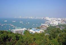 Vista de la bahía con la costa costa del centro turístico Imagen de archivo