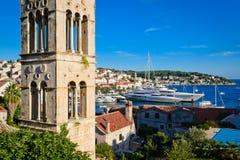 Vista de la bahía con los yates en la isla de Hvar en Croacia Fotografía de archivo