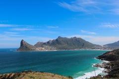Vista de la bahía de Hout del punto del puesto de observación en pico del ` s del buhonero en Cape Town, Suráfrica fotos de archivo