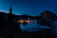 Vista de la bahía del Mar Negro entre las montañas con las luces de la ciudad y Foto de archivo libre de regalías