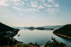 Vista de la bahía en el mar Mediterráneo en el amanecer Imagen de archivo libre de regalías