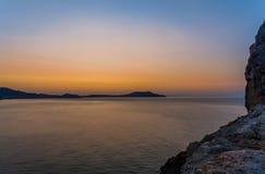 Vista de la bahía levemente borrosa del Mar Negro y pedazo de roca en righ Imagen de archivo libre de regalías
