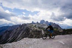 Vista de la bici de montaña del montar a caballo del ciclista en el rastro en dolomías, Tre C Imágenes de archivo libres de regalías