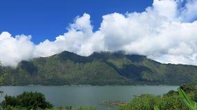 Vista de la caldera volc?nica de Batur, en la regi?n de la monta?a de Kintamani foto de archivo libre de regalías
