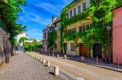 Vista de la calle acogedora en Montmartre cuarto en París imagen de archivo