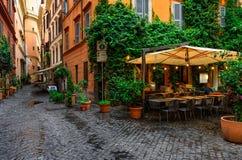 Vista de la calle acogedora vieja en Roma imagenes de archivo