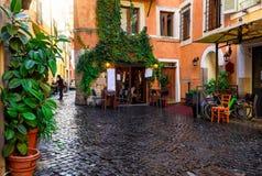 Vista de la calle acogedora vieja en Roma foto de archivo