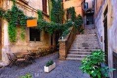 Vista de la calle acogedora vieja en Roma fotos de archivo