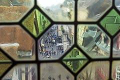 Vista de la calle de la ciudad a través de la ventana vieja fotografía de archivo libre de regalías