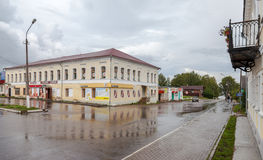 Vista de la calle de la ciudad de Valday, Rusia en día nublado del verano Fotografía de archivo