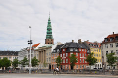 Vista de la calle en la cual una chica joven monta una bicicleta, Copenhague Foto de archivo