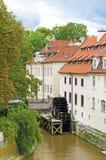 Vista de la calle en la ciudad vieja con el molino de agua en Praga, CZ Foto de archivo libre de regalías