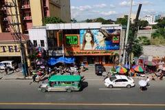 Vista de la calle en Quezon en Manila, Filipinas Imagenes de archivo