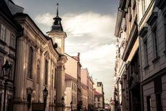 Vista de la calle estrecha escénica en Plzen Pilsen República Checa Fotos de archivo