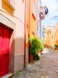 Vista de la calle hermosa, colorida, estrecha en Bosa provincia de Oristán, Cerdeña, Imágenes de archivo libres de regalías