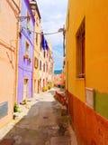 Vista de la calle hermosa, colorida, estrecha en Bosa provincia de Oristán, Cerdeña, Fotos de archivo libres de regalías