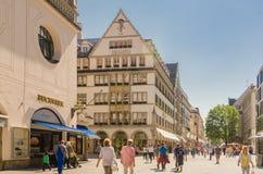 Vista de la calle peatonal de Neuhauser en el centro de Munich baviera Imágenes de archivo libres de regalías