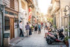 Vista de la calle peatonal vieja de Shennong con la gente en Tainan Taiwán foto de archivo