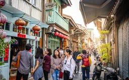 Vista de la calle peatonal vieja de Shennong con la gente en Tainan Taiwán imagen de archivo libre de regalías