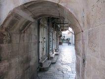 Vista de la calle poca frecuentado en el centro de Jerusalén a través del arco imagen de archivo