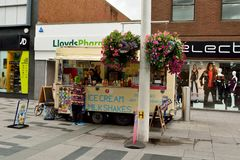 Vista de la calle principal en Slough, con abucheo del helado y del batido de leche Imágenes de archivo libres de regalías