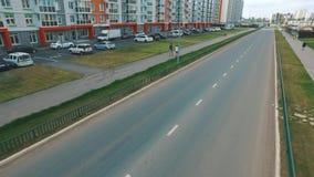 Vista de la calle rusa típica en verano con los nuevos edificios, el camino, los coches, los senderos y la gente que camina escen metrajes