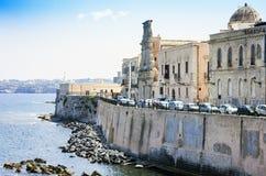 Vista de la calle vieja, fachadas de edificios antiguos en la orilla del mar de la isla de Ortygia Ortigia, Syracuse, Sicilia, It fotografía de archivo