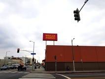 Vista de la calle de Wells Fargo Bank Broadway imágenes de archivo libres de regalías
