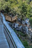 Vista de la calzada peatonal suspendida de madera, pasando por alto el río de Paiva fotografía de archivo libre de regalías
