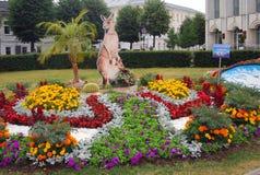 Vista de la cama de las flores mostradas en el parque de la ciudad Foto de archivo libre de regalías