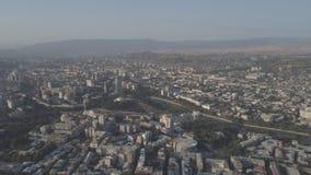 Vista de la capital de Georgia Tbilisi de una altura almacen de metraje de vídeo