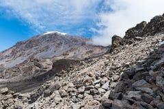 Vista de la cara meridional del monte Kilimanjaro tomada de la zona alpina del desierto en el Machame que camina la ruta foto de archivo